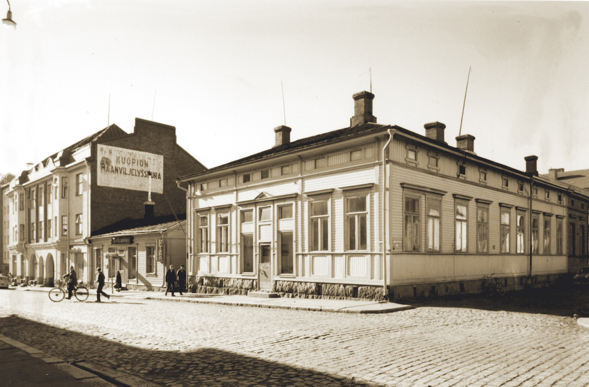 Lihakunta's first sausage factory operated in the courtyard of the wooden house pictured in 1910. The house was located on the Puijonkatu street in Kuopio. From a financial perspective, it was a significant decision to begin manufacturing sausages as the sausage factory's production accounted for half of the co-operative's net sales in the following year. This picture was taken in 1963.