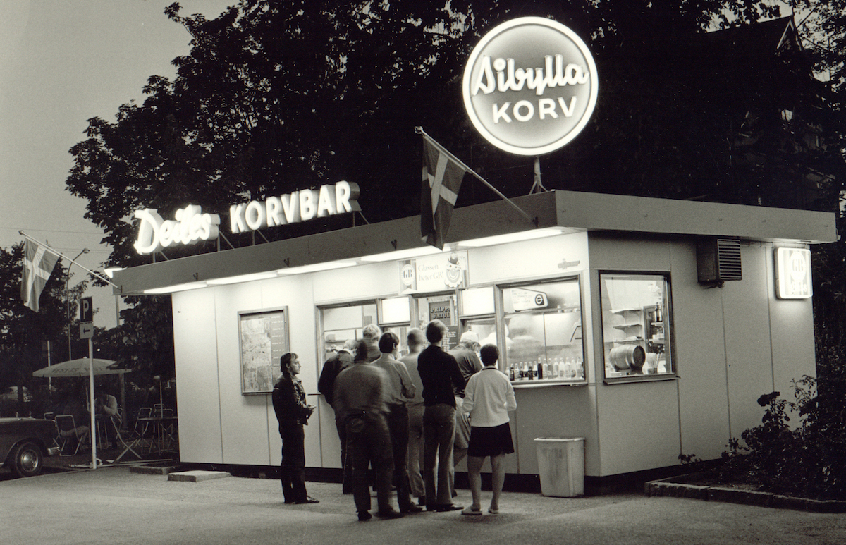 "The first Sibylla hot-dogs were made in the sausage factory of Oskar Lithells in 1932. During the next decades the ""royal taste"" of Sibylla aroused everybody in Sweden to queue for Sibylla, as you can see in this photo from 1960's."