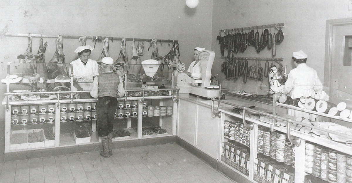Itikka's shop in the Seinäjoki marketplace looked like this at the beginning of the 1940s.
