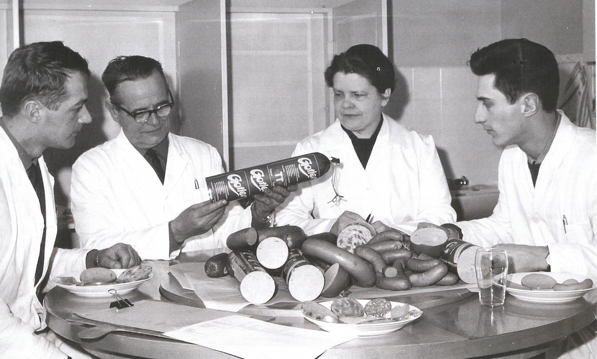 Sensory inspection of sausages for quality control quickly became a routine. In this picture, taken in 1963, the first Gotler sausages that were put into production are evaluated.