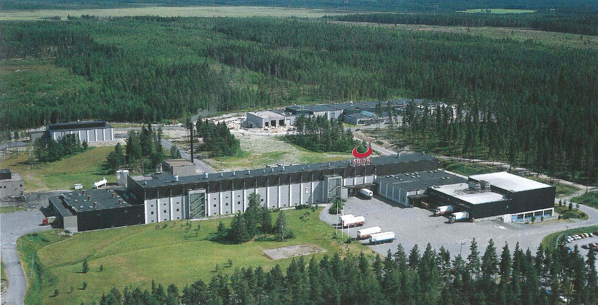 This aerial photograph shows the horns on the roof of the pork line, which was completed in 1982. In the background, the slaughterhouse for diseased animals is visible on the left and the poultry slaughterhouse, which was completed in 1988, is on the right.