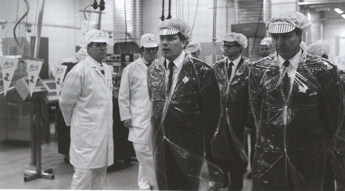 The new food factory was proudly presented to statesmen in 1992. Esko Aho, the Prime Minister, on a factory tour.